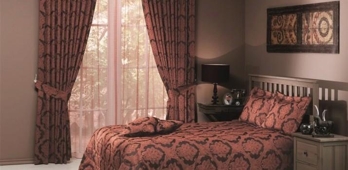 Комплект штор та покривала для спальні (64 фото): набори з Туреччини, поєднання красивих штори і покривала на ліжко Togas в інтер'єрі, дизайн наборів з Італії та інших комплектів